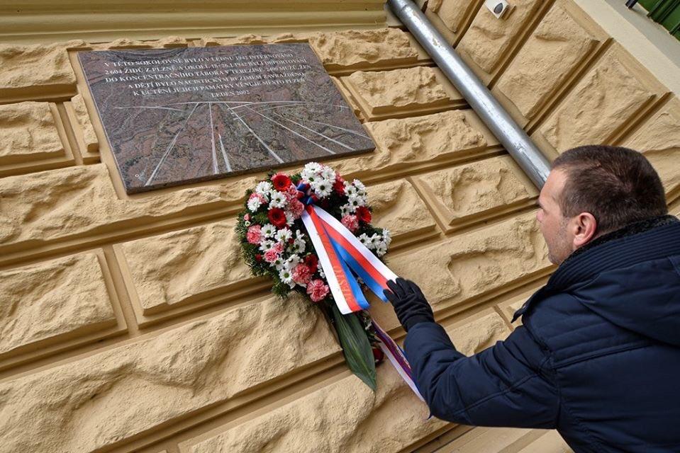 V lednu 1942 nacisté deportovali 2600 našich plzeňských spoluobčanů do Terezína. Válku přežily sotva dvě stovky z nich. Dnes jsem na ně vzpomněl u sokolovny, kam byli nahnani, a ve Staré synagoze ba vzpomínkovém setkání. Nikdy nezapomeneme!