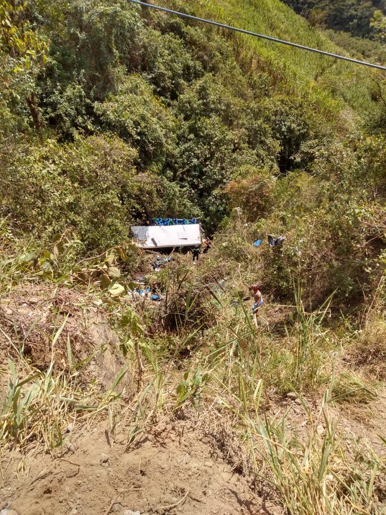 Bus de la empresa arauca cayo por abismo en la via pacora salamina dto de caldas pic.twitter.com/mGjim7JNB0