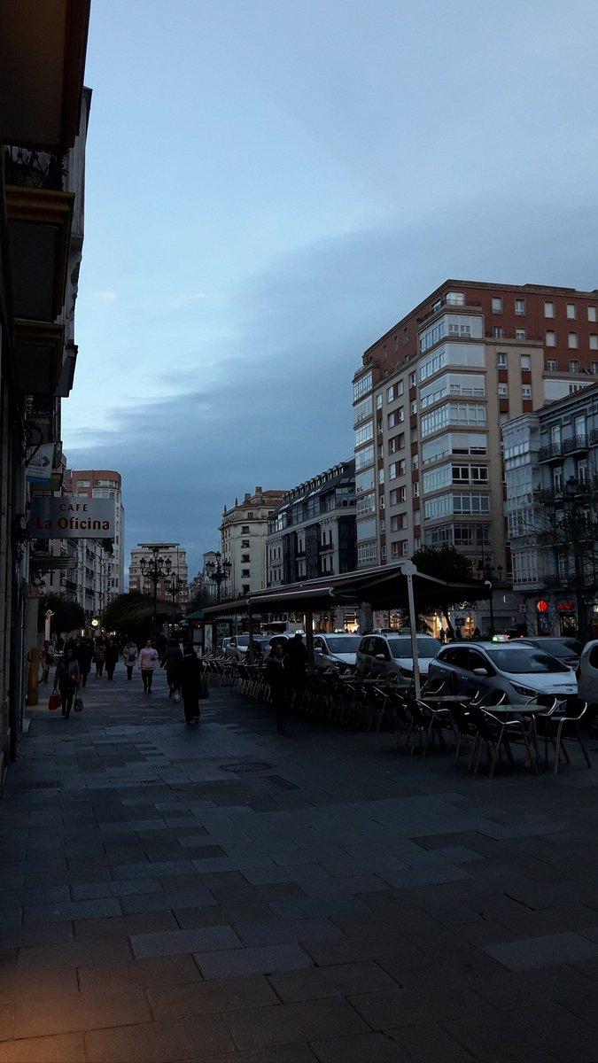 #Momentos De un Atardecer por una Calle de la City...#PaisajesUrbanos  #ComparteCantabria #Sitios #Lugares #Magia y #Belleza #Inmensas #NorthernSpainpic.twitter.com/lVTIKdU9X2