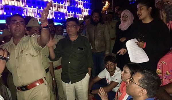 Bengaluru: People allege 'police brutality' after anti-CAA …: Bengaluru: People allege 'police brutality' after anti-CAA … View photos Bengaluru-Town-Hall-Indian-Constitution More A group of people had stayed back in… http://dlvr.it/RNpPd4 #news #policebrutality #civilrightspic.twitter.com/hmvRBzyL4s