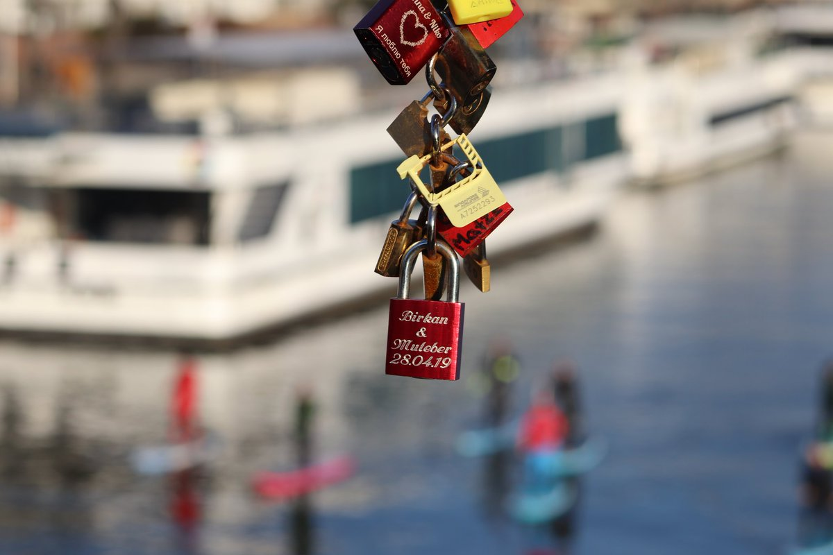 Spazieren auf dem Main Spacer po rzece #frankfurt #main #city #stadt #fluss #wassersport #watersport #vorhängeschloss #padlock #kłódkapic.twitter.com/RZCwG1ACsV