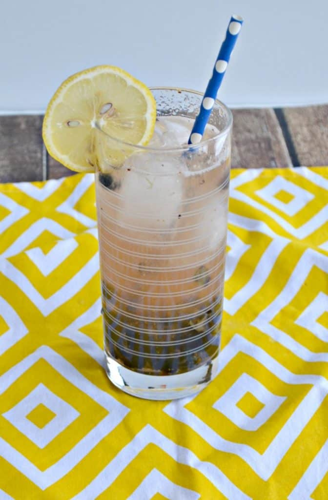Skinny Blueberry Lemon Vodka Fizz https://t.co/hEu9gNragL via @HezziD https://t.co/O5YqbBSxz3