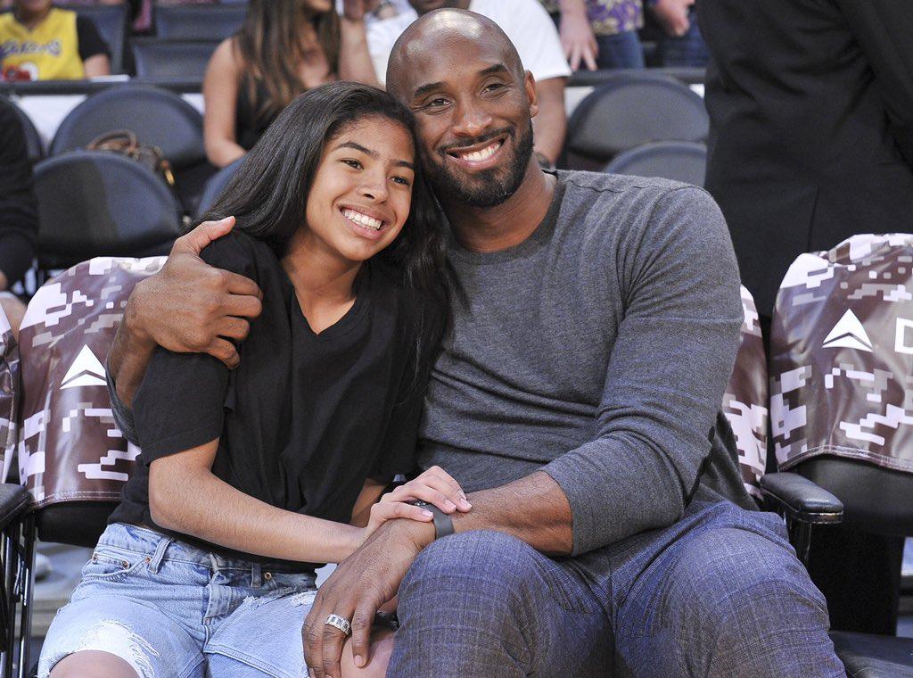 test Twitter Media - Wat 'n hartverscheurend bericht. Basketballegende Kobe Bryant is samen met zijn dochter Gianna (13) - en 'n teamgenoot en haar ouders - omgekomen bij een helicoptercrash. Zijn vrouw blijft achter met hun 3 andere dochters. Je zult het nieuws maar thuis krijgen 💔 #KobeBryant #RIP https://t.co/rR8g6SKT2x