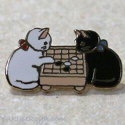 雪猫屋さんと言うかわいいピンバッジを作っている店が有るようだ。