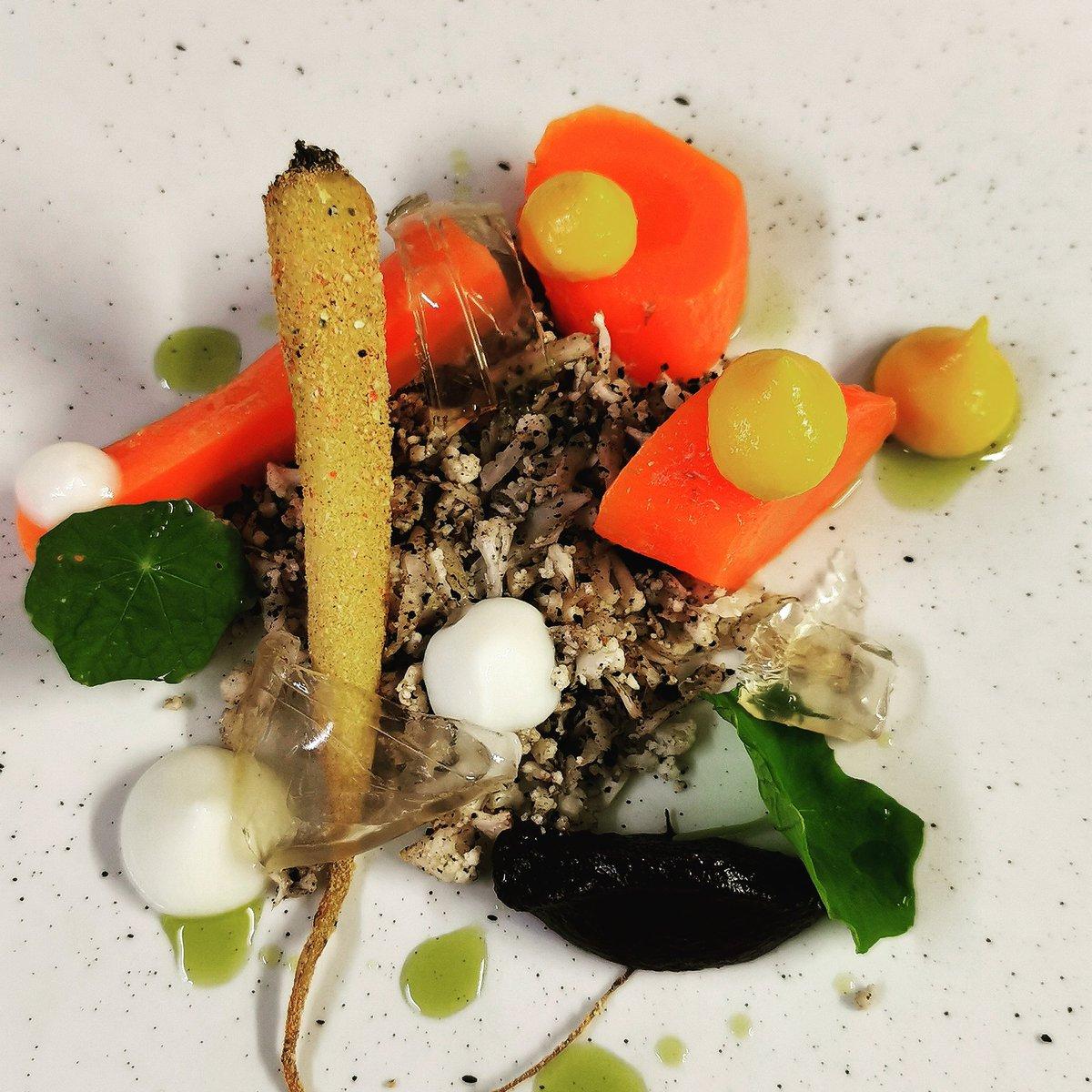 Sage's garden- carrots (salt baked, confit in duck fat, glazed), vegetable soil, fermented tomato gelly, red cabbage. pic.twitter.com/7pNRvIwilc