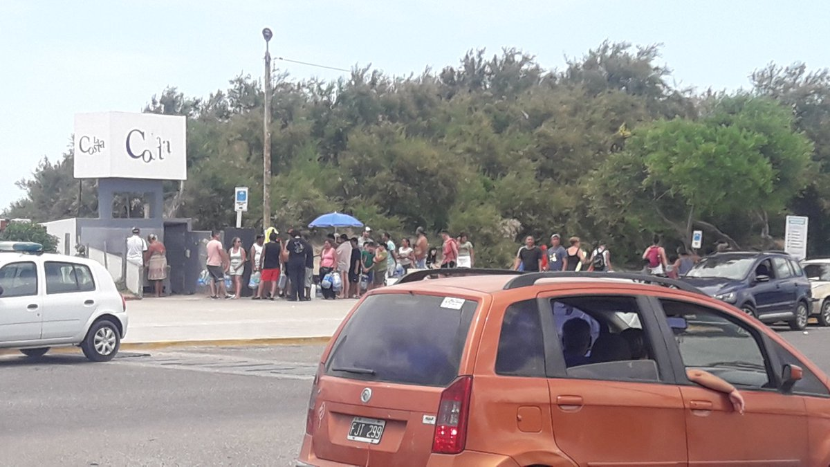 En Santa Teresita mucha gente va a buscar agua a una canilla que esta por la 39 y codtanera cerca del Galeon o Carabela que esta comp atractivo turistico una verguenza pic.twitter.com/pqKFLnqzZs