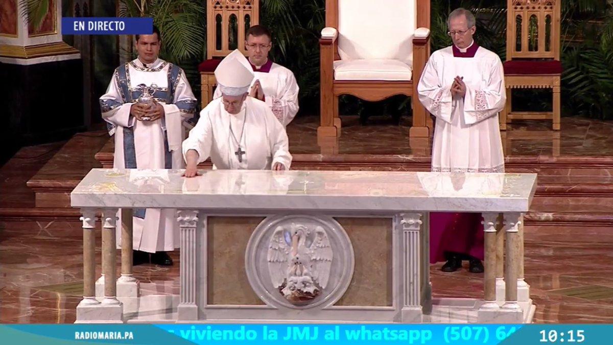 Hoy se ha cumplido un año de que @Pontifex_es consagrara el altar de la catedral de Santa María de #LaAntigua en la @ArquiPanama.  Y en estos momentos se cumple un año de la gran vigilia de los jóvenes de la @jmj_es #JMJPanamá1año  Que grandes recuerdos de un momento único!!!!pic.twitter.com/DTItQpmLXi