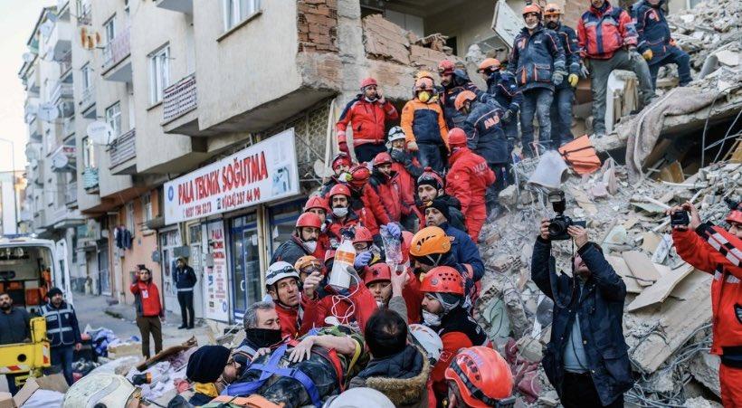 ⬜️ トルコ東部で24日夜に発生したマグニチュード6.8の地震で、少なくとも38人の死亡 26日には、発生から48時間が迫り生存への望みが薄れる中、救助隊員約4000人が凍り付く寒さのもと、掘削機を使いがれきの中をくまなく捜索した… https://t.co/XdSwqGoDqp