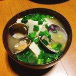 Image for the Tweet beginning: 今日のスープはあさりと豆腐のお味噌汁。有賀さん@kaorun6 の #365日のめざましスープ で豆腐のお味噌汁がここ一番の時のお守りとあったので、具合悪くても大事な打ち合わせある今朝は豆腐を入れよう!と #スープ365  #おうちごはん