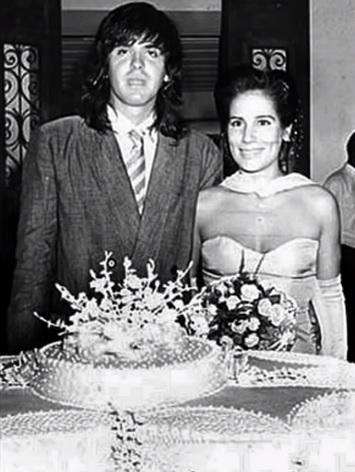 Olha a foto que eu achei no meio das minhas coisas: a fofa da @gloriapires - acho que de 1987 no casamento com o Orlando Júlio. Linda  como sempre! Forever Lola! #LiteraturaClandestina #GloriaPirespic.twitter.com/bDmQA5CIDG