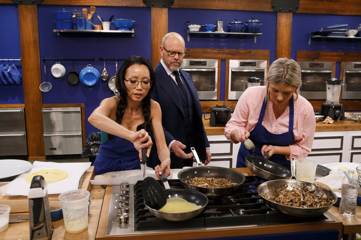 FoodNetwork: The recruits are cooking crepes. What could possibly go wrong?  #WorstCooks<br>http://pic.twitter.com/itjvpSyWsj