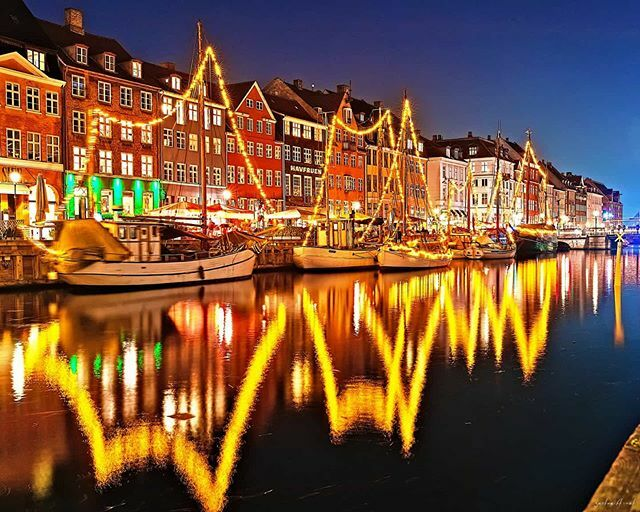 God morgen #København!  #picoftheday #photooftheday #instatravel #travelphotography #travelholic #travelgram #travel #urban #urbanphotography #citytrip #city #citylights #nightphotography #night #bluehour #bluehourphotography #longexposure #denmark #cope…