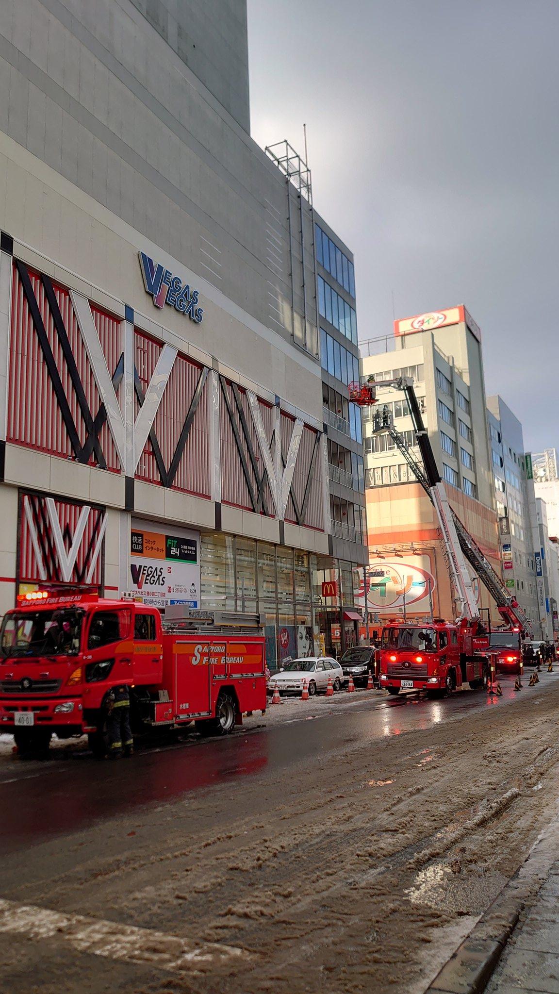 札幌市中央区のマクドナルドのビルで火事が消火活動している画像