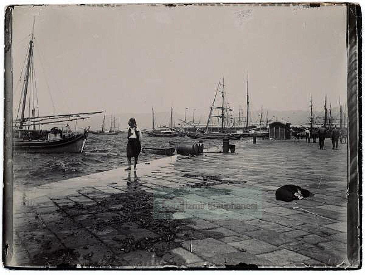 Güzel İzmir, iyi haftalar..  #smyrna #smyrne #smirne #smirni #esmirna #izmir #izmir🇹🇷 #alsancak #konak #punta #kemeraltı #karataş #güzelyalı #bayraklı #sokakhayvanları #izmirdeyaşam #izmirtarih #izmirindeğerleri #ship #dog #oldpic #oldphoto #ig_izmir