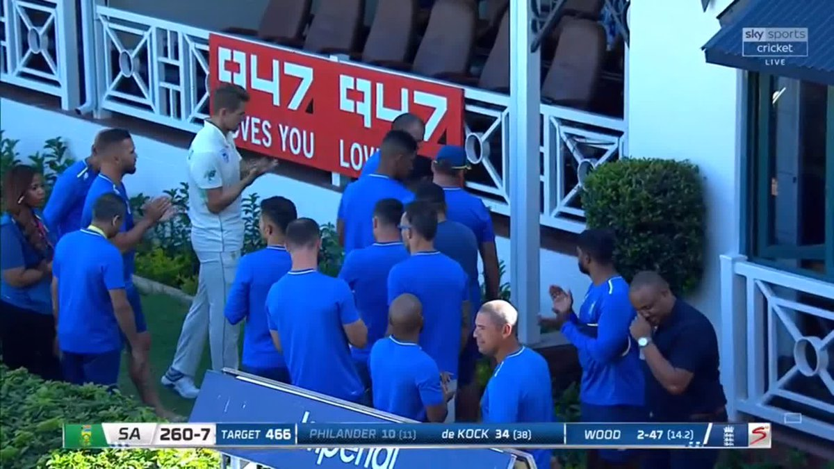 WICKET! Vernon Philander gloves down the legside off Mark Wood and the Wanderers stands to applaud as he leaves the field for the last time in Test cricket. SA 260-7. 👏 📺 Watch #SAvENG live: trib.al/Yw4xB03 📰 Over-by-over blog: trib.al/sdlf5PM