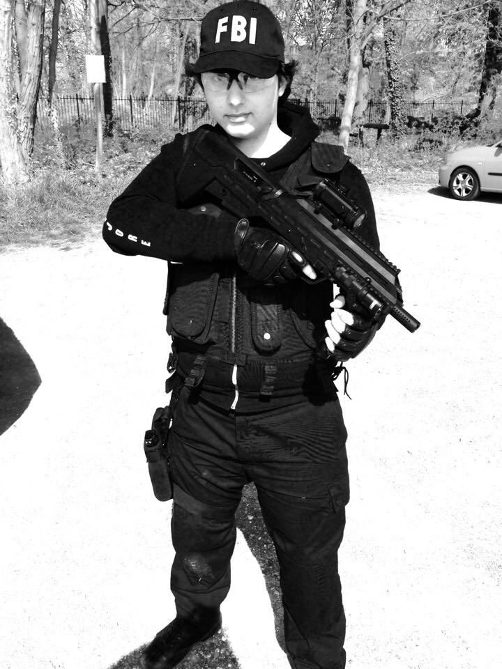 Moi en 2014 🤣 oui une tenue black en forêt qu'est-ce tu vas faire ! 😅 bon bref on apprend tous... #airsoft #airsoftfrance #airsoftaddict #zebra #fbi #souvenir #oldpic #airsoftgun #aps #uar #tactical