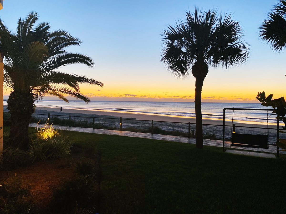 Sunrise on #StSimons is my favorite time of day. In the winter the air has a snap of chill to it, and the colors are so vibrant.  #Sponsored #kingandprince #eatdrinkECHO  #travel https://t.co/pNYAYVeCiE