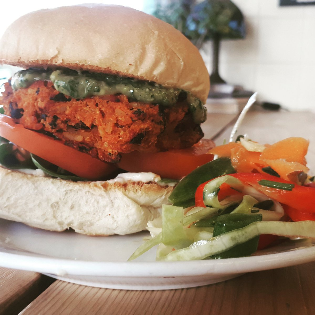 It's BURGER TIME!   Today's special is spiced sweet potato & black bean burger, with avocado & coriander sauce, fresh tomato, and spinach - served with zesty lime & jalapeno 'slaw. Totally #vegan and totally YUM. #veggieburger #veganburger #abbeydaleroad  #getinmybellypic.twitter.com/xYtPWRKf6P