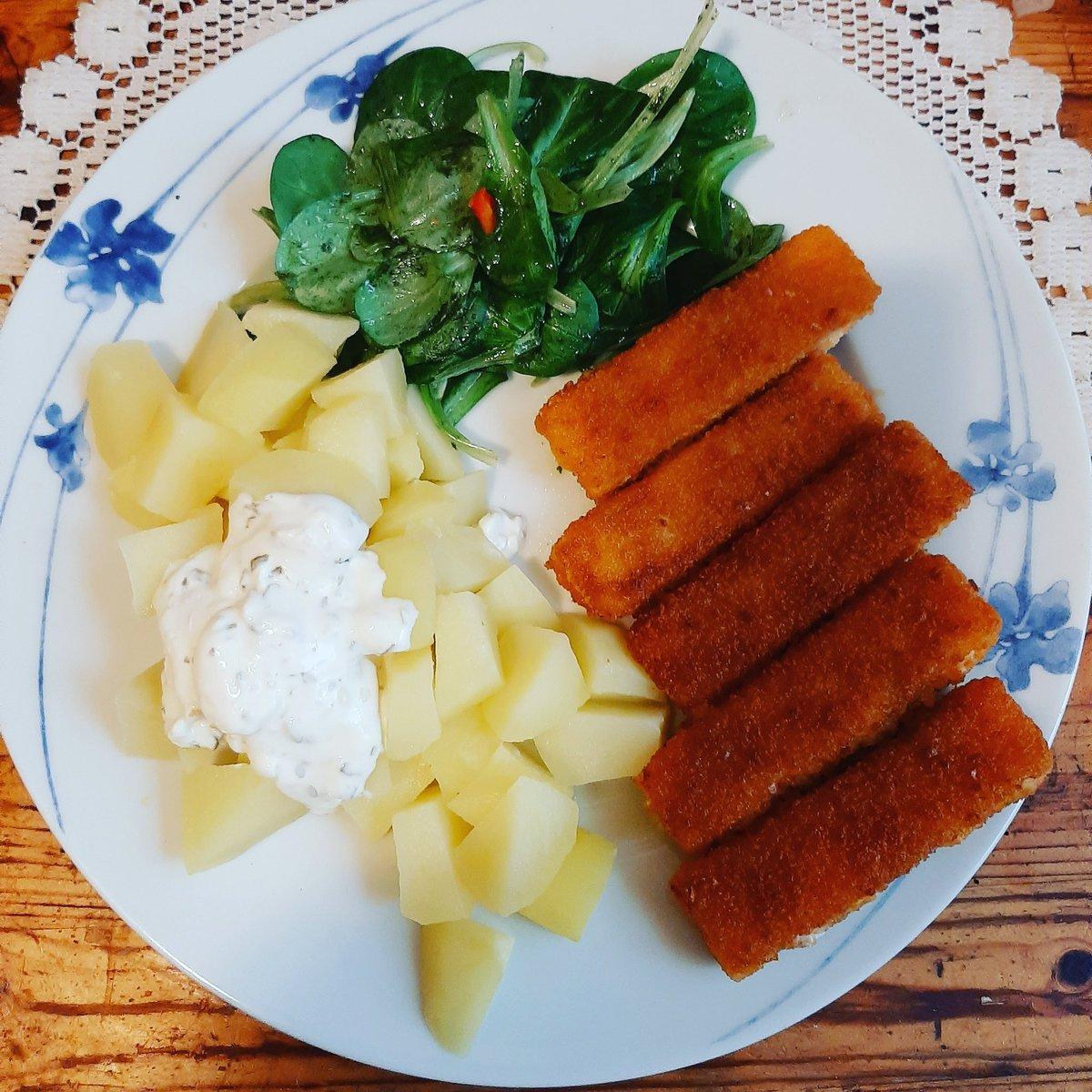 Mamas Lieblingsessen Fischstäbchen 🐟 diesmal mit Kartoffeln, Kräuterdip und Feldsalat. #cookingformom 👵🍽 #pflegendeangehörige #foodstagram #Foodblogger #yummy😋😋 #lecker #einfachaberlecker #takingcareofmom #lunch #fischstäbchenliebe