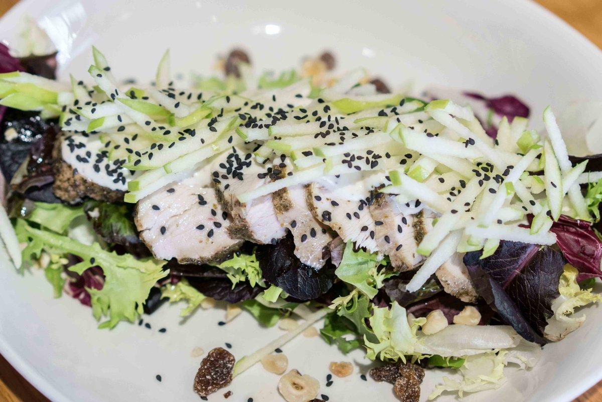 Ensalada Waldorf con pollo confitado para comer bien y rico un lunes más en #AlSur. #Gastronomía #restaurante #foodie #Andalucía #GastroSevilla #tdsgastro #gastronomiasevilla #tdsgastro #food #foodporn #instafood #yummy