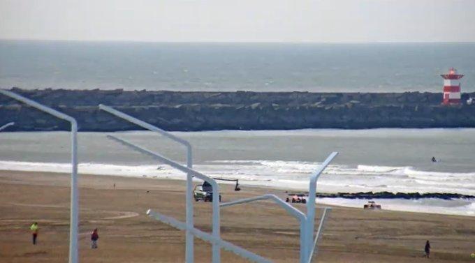 Op het strand bij Scheveningen zien we weer bekende taferelen live met de webcam. #Formule1  https://t.co/ED3io50Ll2 https://t.co/JKLgklqPdH
