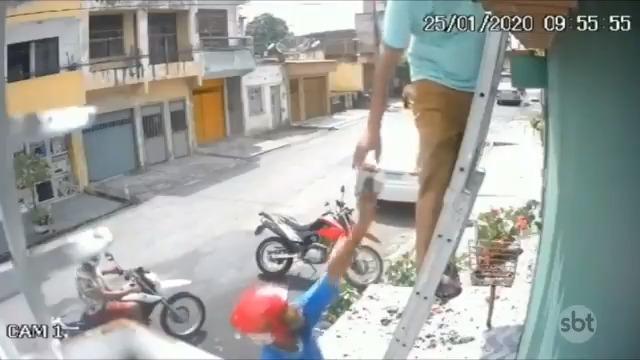 RT @pfofocalizando: Imagem de assalto impressiona: Vítima estava consertando o telhado de casa  #FofocalizandoNoSBT https://t.co/bk5vCj0V1n