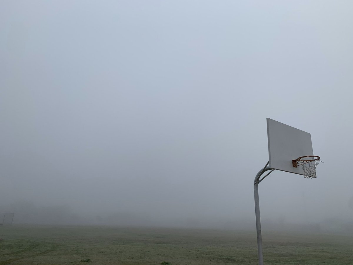 I'm a #shutterbug so I walked around nearby park to take pics of the fog this morning. As I came across a basketball court, couldn't help but think of #KobeBryant. The fog made me feel super sad. For Kobe  #BlackMamba #24 #nanook13 #iphonetography pic.twitter.com/PNhfTTVDIq