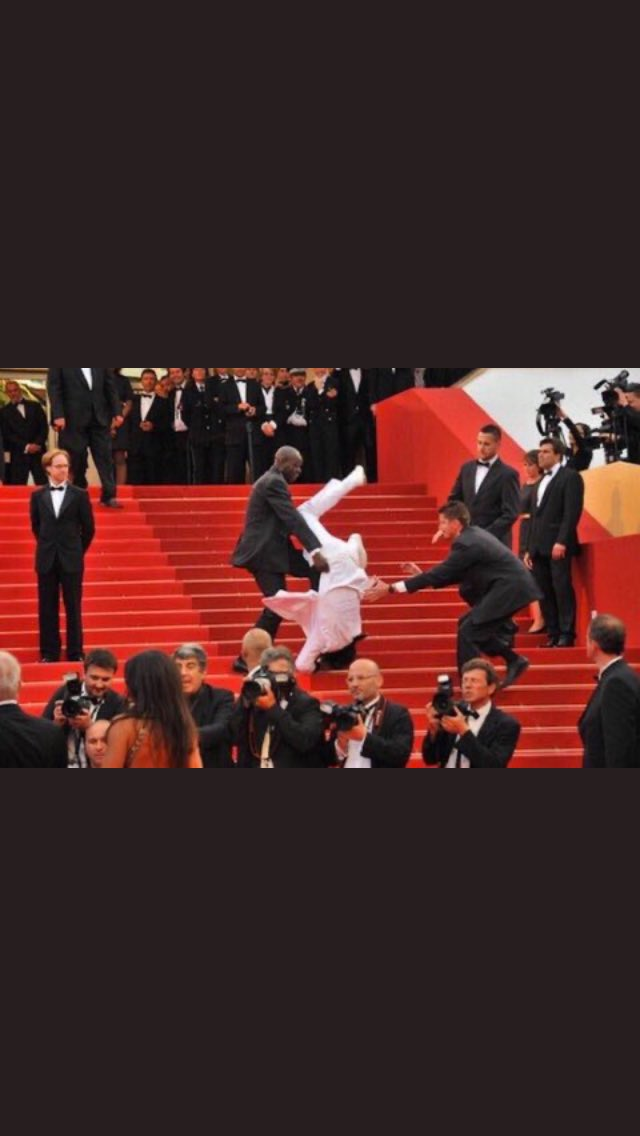 BREAKING: Jason Derollp has FALLEN down the stairs at the #GRAMMYs red carpet pic.twitter.com/x4Xliw0oZP