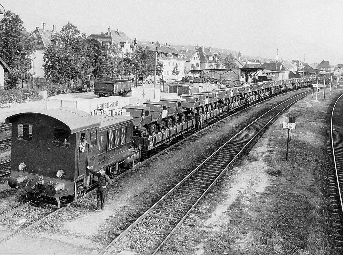 1950er: Unimog-Auslieferung per Bahn beim Bahnhof Gaggenau. Unimog delivery by train at Gaggenau station. Foto: Daimler #gaggenau #unimog  #bahn #bundesbahn #bundesbahnfotografie #railway #eisenbahn #lokomotive #unimog411 #eisenbahnfotografie #railpic.twitter.com/0oJT5ThveY