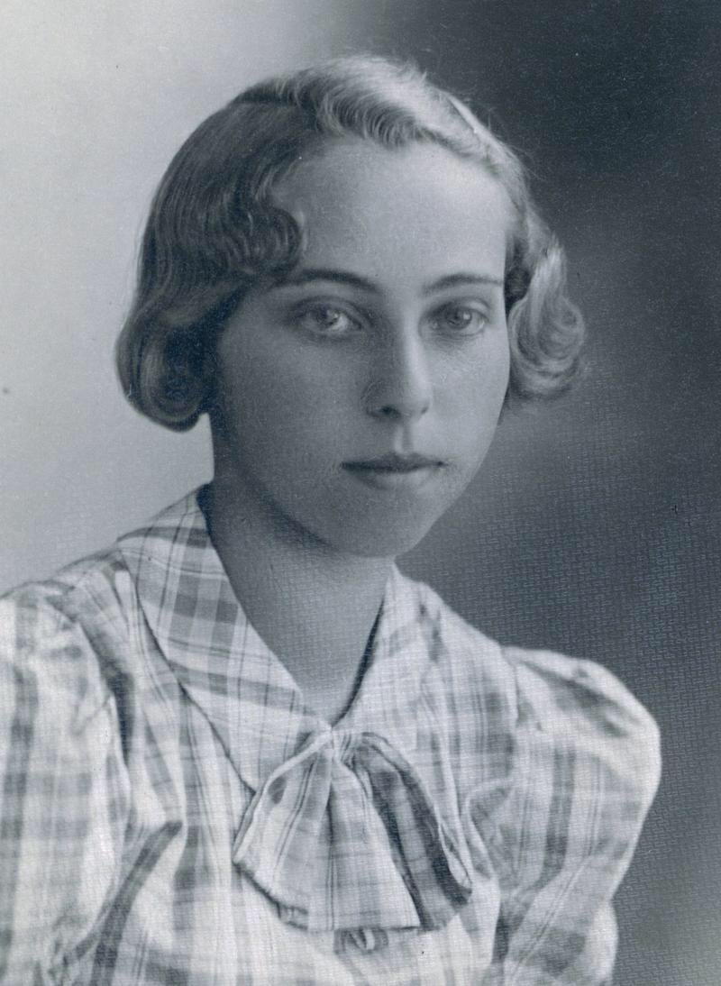 Lily Penížková, narozena 1922 v Plzni, zahynula v estonském táboře Kivioli v roce 1944. Jedna z 2 400 obětí šoa z našeho města. Připomínáme ji alespoň stolpersteinem. Na Mezinárodní den obětí holocaustu bych rád zdůraznil, že za obřími čísly se skrývají konkrétní jednotlivci!