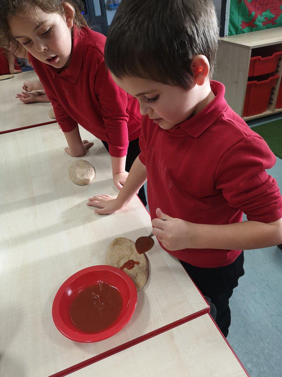 Children enjoyed making healthy pitta bread pizzas in cooking club tonight! #BNFhealthyschools #reachforthestars pic.twitter.com/Wwu1Dh6Vrj