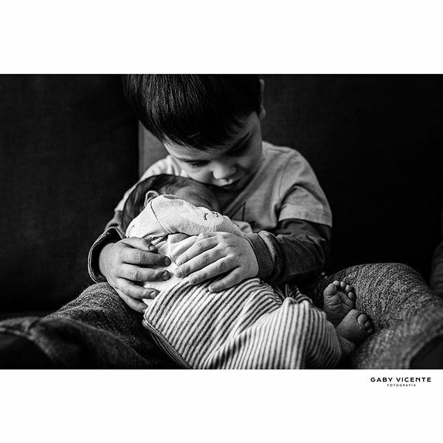 . Como hija única, me hubiera encantado tener un hermano como él y una foto como ésta  . . . . #gabyvicentefotografia #gvfnewborns #gabyvicentenewborns  #fotografiadocumentaldefamilia #fotografiadocumentaldefamilias #documentaryfamilyphotography #fotosencasa #amorporlocoti…pic.twitter.com/dbA5g7aaQP