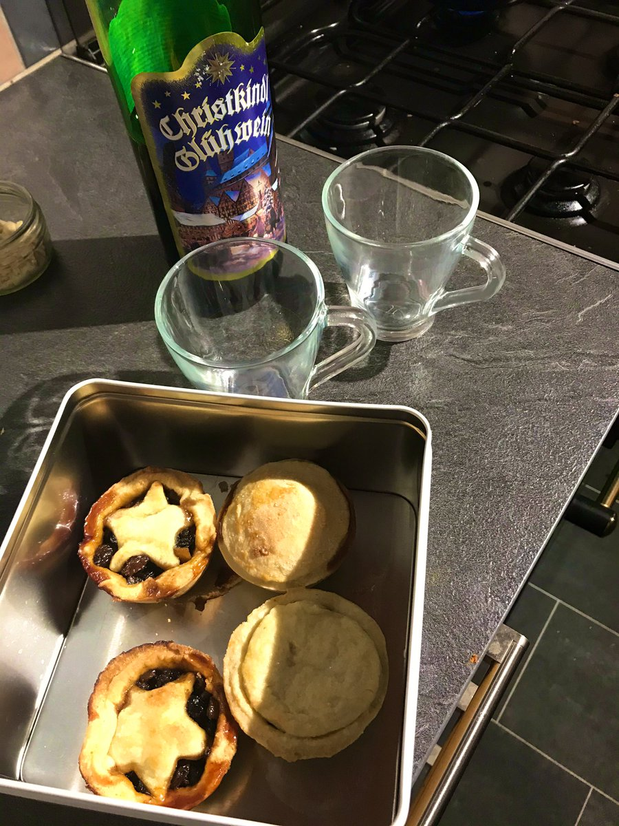 When a friends brings you homemade mince pies because they didn't see you over Christmas, it'd be rude not to use up the mulled wine as well! @CustardScream #notdoneyet #getitmulledpic.twitter.com/ab6ZSgovBq