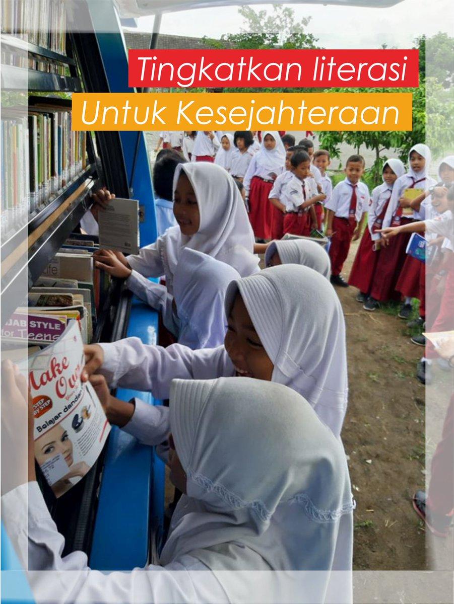 "Mari kita tingkatkan literasi untuk kesejahteraan seperti salah satu adik-adik yang lagi membaca buku ""Belajar Dandan"" di Perling @perpusProvinsi.  Perpustakaan Keliling di SD N Muktiharjo Kidul 03 Semarang.  #LiterasiuntukKesejahteraan  cc @ganjarpranowo @kominfo_jtg @provjatengpic.twitter.com/oZQoFi1hx1"