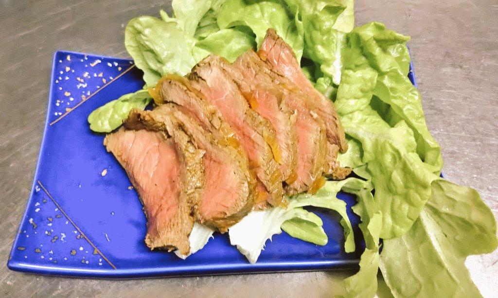 初めてのローストビーフ。安肉で硬かったから今度は柔らかくできるようにする!味は旨い。焼き方は①、味付けは②で和風ゆず風味に。参考:①②
