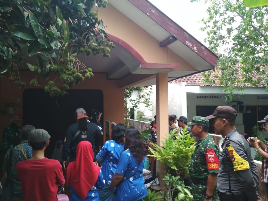 Babinkamtibmas Aipda Arief Rodhi,melakukan Pengamanan kunjungan Wakil walikota Yogyakarta  di pusat industri kerajinan di kampung Gedong kiwo. pic.twitter.com/2xk7BAfNzQ