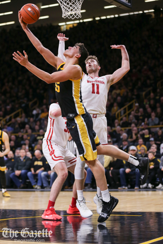 Iowa came back from a 12-point deficit to defeat Wisconsin, 68-62 in men's basketball: thegazette.com/subject/sports… @CRGazetteSports @gazettedotcom #Hawkeyes @Hlas