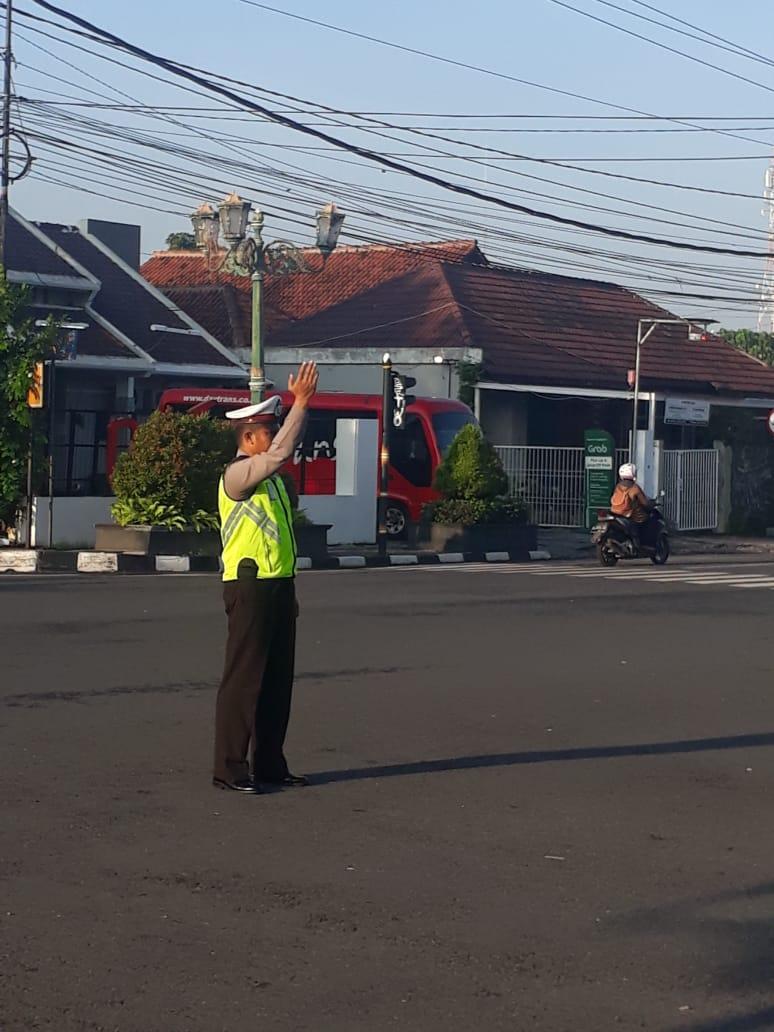 Anrisipasi kemacetan pada pagi hari,Petugas polantas melakukan penarikan arus lalu-lintas dari segala penjuru di simpang empat Gading Yogyakarta. (Selasa 28/1/2020). #Humaspolsrkmantrijeron.pic.twitter.com/0C93HnzKde