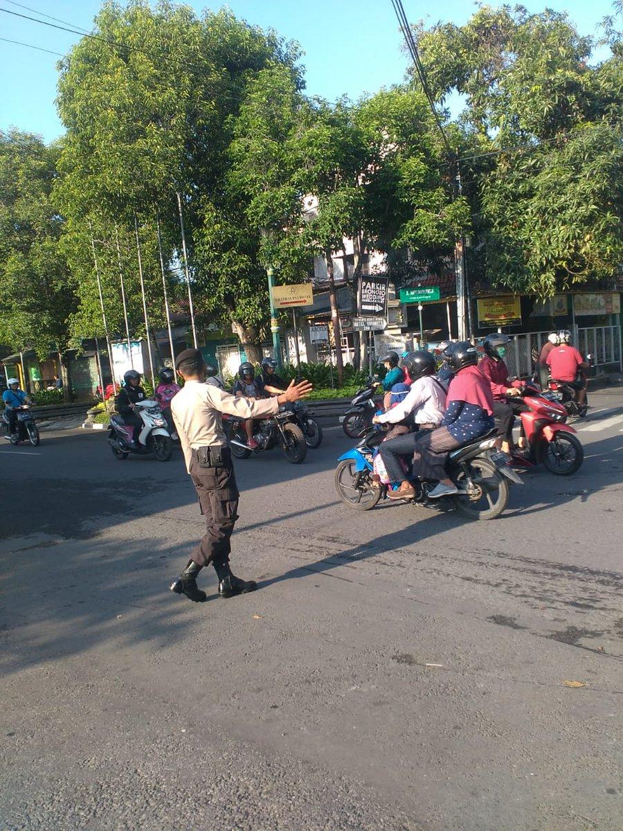 Petugas Patroli Sabhara  membantu  penyebrangan masyarakat di simpang empat Maga JL.D.I.Panjaitan Yogyakarta. (Selasa 28/1/2020) #Humaspolsekmantrijeron.pic.twitter.com/PrsuSAHfnN