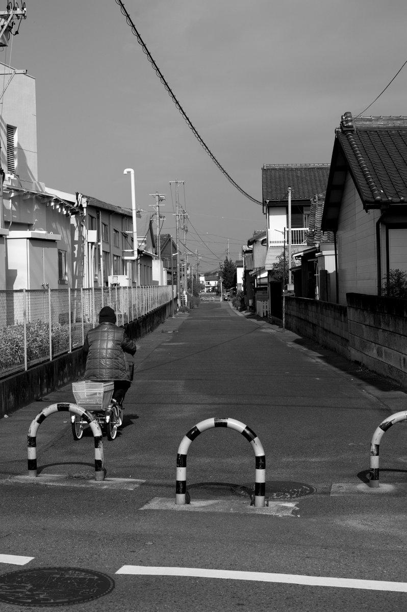 かつての鉄路跡 住宅街で不自然にカーブする道路は過去に鉄路だったりする こういう昔の痕跡を見つけるとワクワクする だからペタペタ歩きはやめられない  #photograghy #monochrome #blackandwhite  #写真で伝える私の世界  #写真好きな人とつながりたい  #ファインダー越しの私の世界