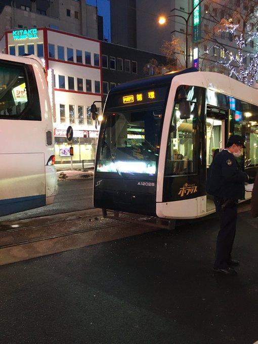 すすきのメガドンキ前で路面電車とバスの衝突事故現場の画像
