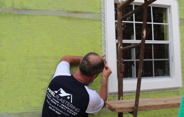 #EZBead Vinyl Casing Bead is designed with a built-in flexible strip to seal out moisture & create a uniform space for caulking around windows, door frames🚪, & soffits. Reduce the risk of #MoisturePenetration 💦with this incredible product😁! ➡️https://t.co/4A691Hagm4 https://t.co/R0yGZTU9c9