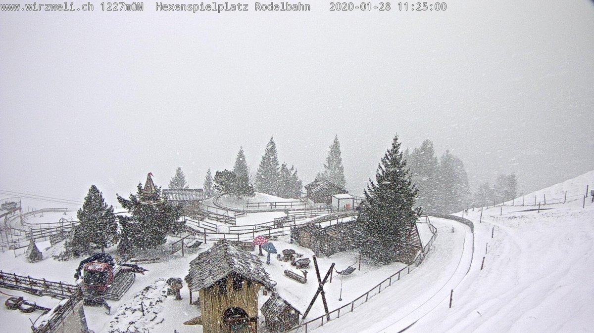 Der #Winter ist zurück! Mit der #Kaltfront ist die Schneefallgrenze rasch unter 1000 Meter gesunken. Aktuell fällt entlang der #Alpen oberhalb 600 bis 700 Meter kräftiger #Schnee, wie das Beispiel vom #Wirzweli im #Kanton #Nidwalden zeigt. (rv)