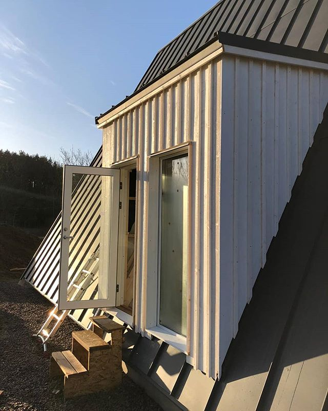 Trio 120 going up in Sweden 🇸🇪 #avrame #aframe #prefabricated #design #architecture #minimalistic #nordic #cosy #wooddesign #nature #countryside #simplicity #modern #dreams #outdoors #happyplace #getaway #housing #resort #vacation #skiresort #winter #summer #motivation #reasonabl