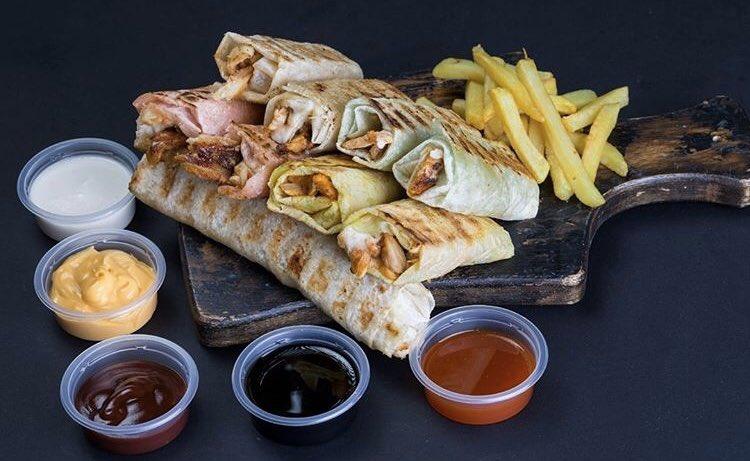 ماذا عن هذه الشاورما من @loqma_mawal للعشاء الليلة؟ 😍🌯 _  How about this shawarma from @loqma_mawal for dinner tonight? 😍🌯 _  #shawarma #food #dinner #grills #yummy #friends #family #nightout #gathering #Bahrain