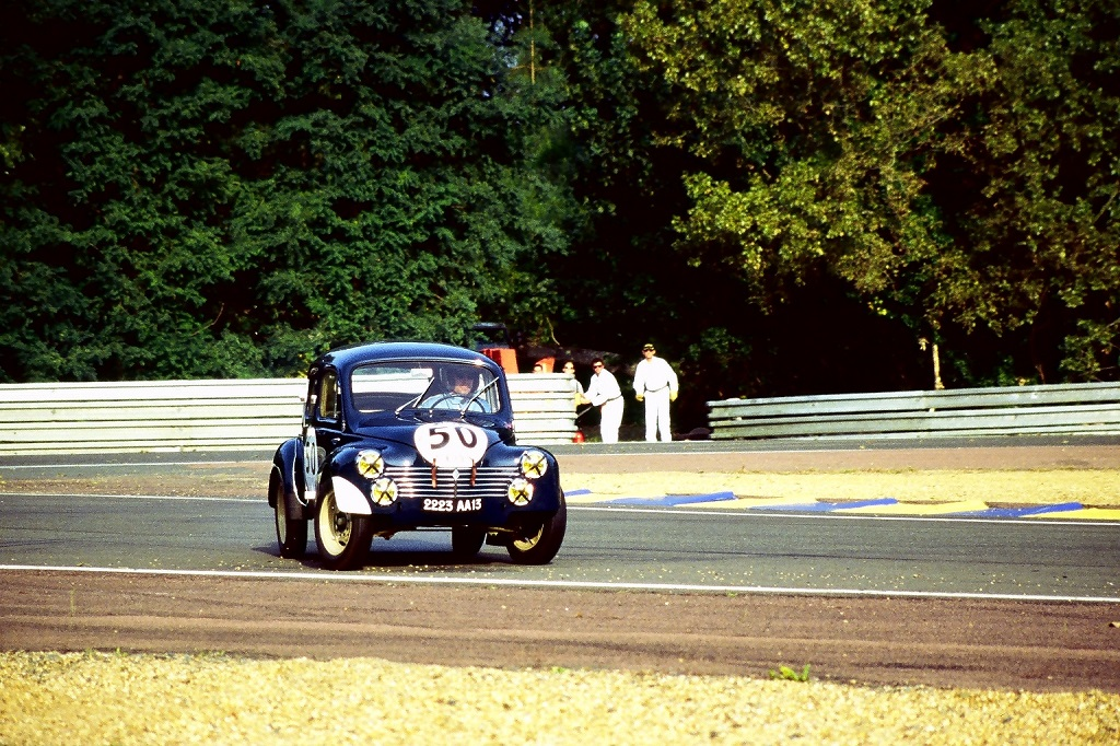 test ツイッターメディア - #ThrowBackTuesday Des #Renault 4cv aux #LeMans24 Texte et 📷 by Thierry Le Bras https://t.co/fQWaDr9cou https://t.co/vKmzcqxx7i