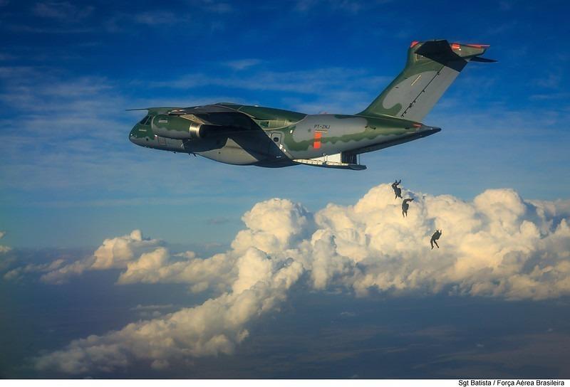 Lançamento de paraquedistas no KC-390 Millennium. 🪂 📸 Sgt Batista. #FAB #Dimensão22 #KC390 #Millennium