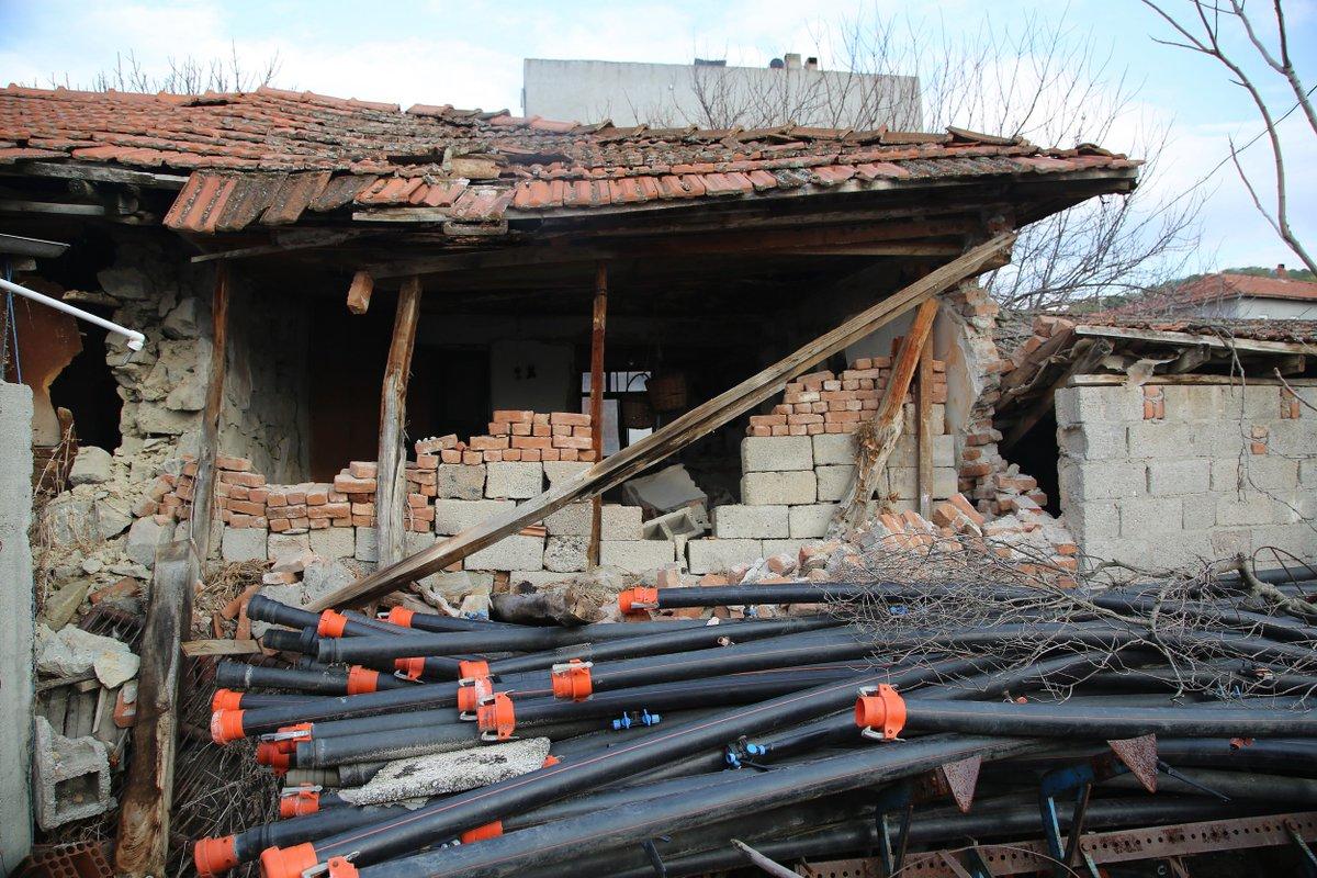 Manisada meydana gelen 4.8lik depremin ardından bir bina yıkıldı bit.ly/2uEBoG2