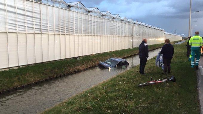 Auto te water Van Luyklaan Kwintsheul. Bestuurster wordt in ambu nagekeken https://t.co/v17tBcaliu