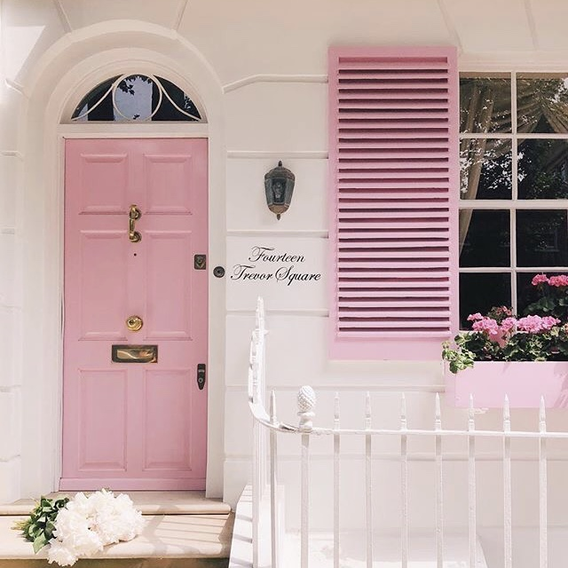 The most adorable little pink home of our dreams ☺️💗☁️ #pinkaesthetic #pinkdoor #glam #beautiful #homegoals #love #smile #homeaesthetic #houseinspo #chic #pink #blush #gold #gorgeous #blushaesthetic